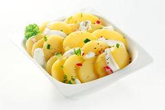 salade-de-pomme-de-terre-allemande-bouillie-crme-sur-la-cuvette-blanche-50665978