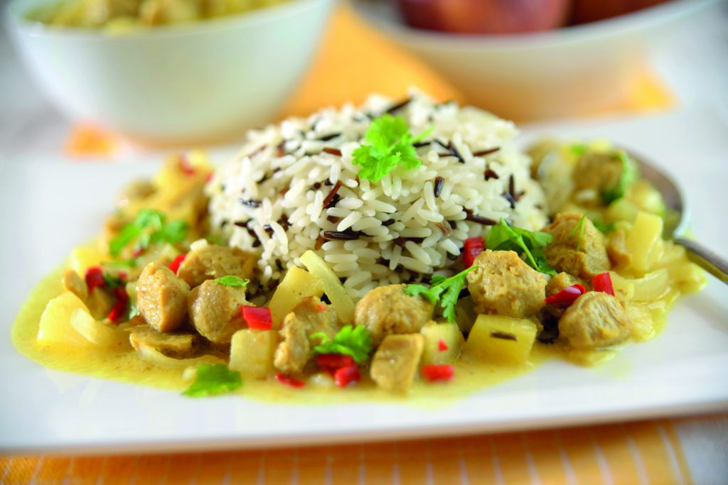 Reis mit Curry aus Sojastcken und Ananas